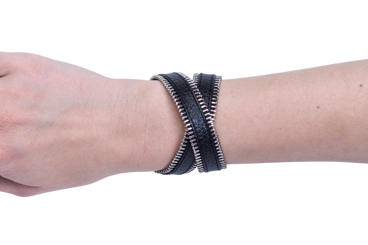Кожаный браслет Zipper Black на руке